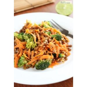 Ensalada de lentejas con brocoli, zanahoria y cebolla morada