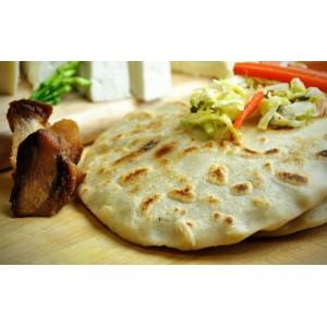Pupusas salvadoreñas de chicharrón, frijol y queso